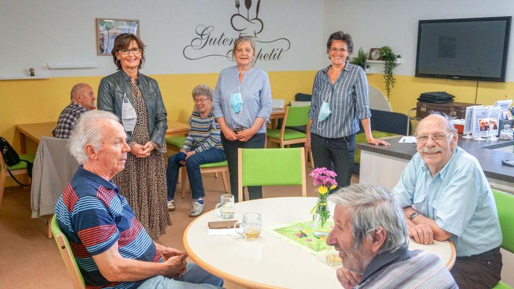 Stadträtin Josseck-Herdt mit den Leiterinnen und Besuchern des Generationentreffs in der Knorrstraße vom 17.06.2020