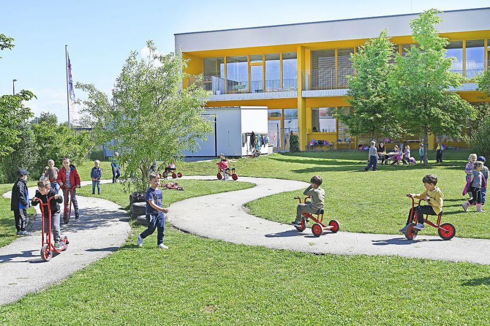 Kindergarten Laahen Freibereich mit spielenden Kindern