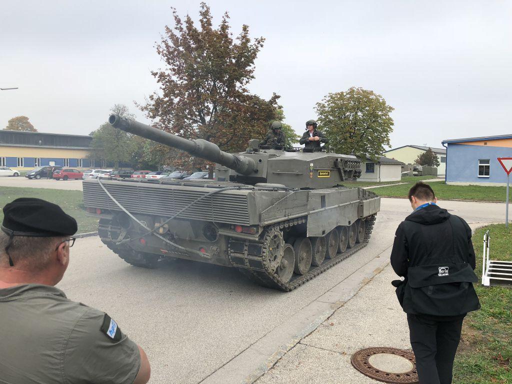 ein Panzer fährt auf einer Straße