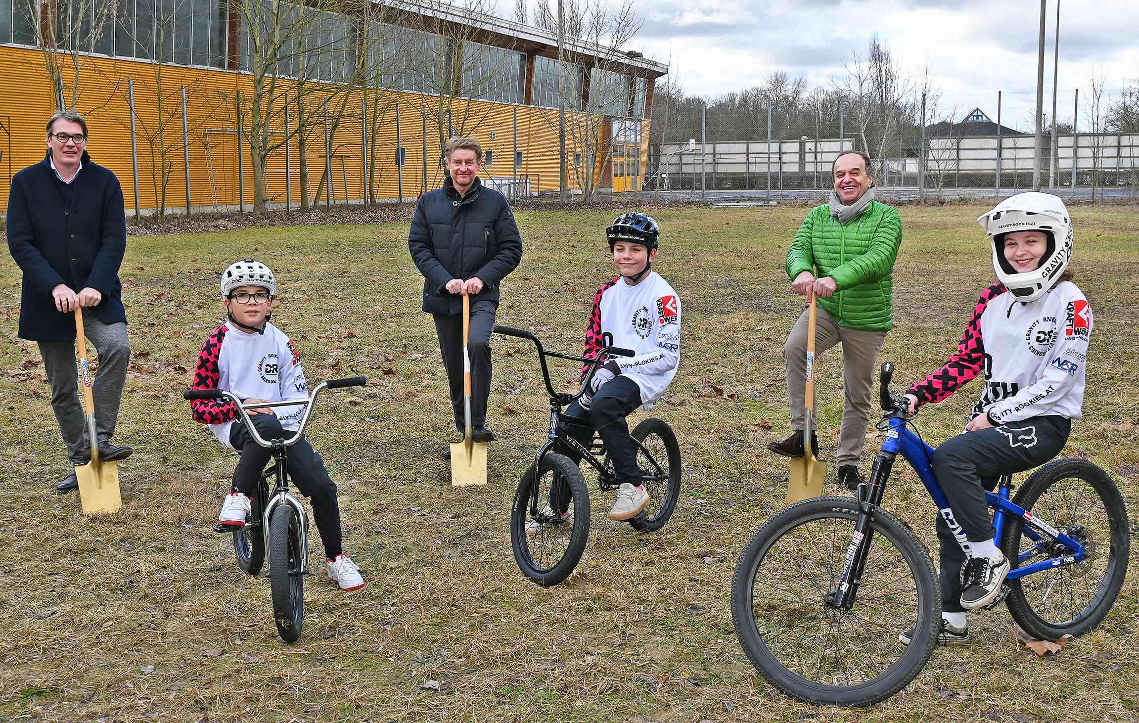 Vizebürgermeister Kroiß mit 2 Vertretern des RSW Vereins und Schaufeln in der Hand. 3 Kinder und Jugendliche mit Rädern und Schutzhelm im Vordergrund