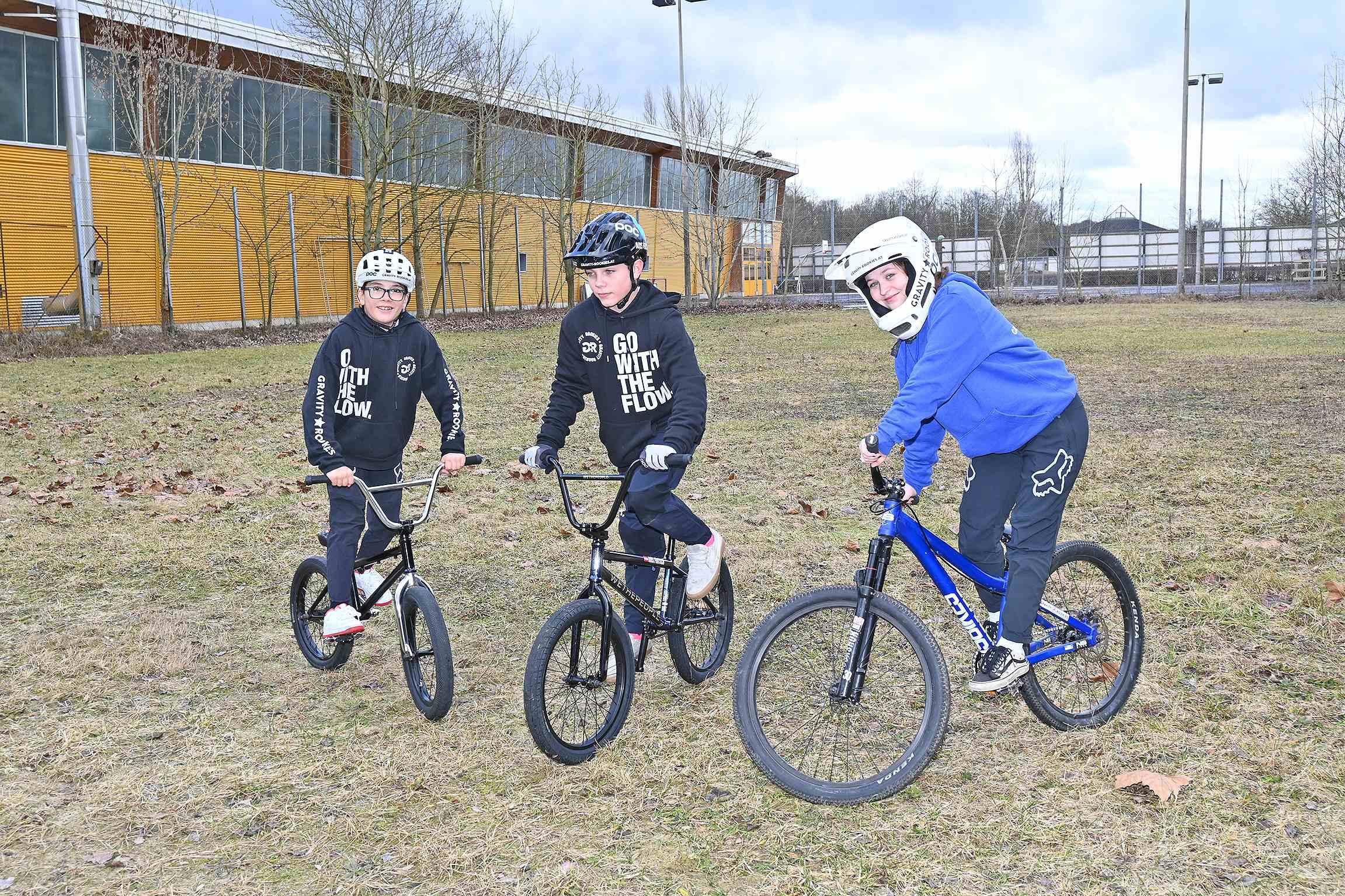 zwei Jungen und ein Mädchen auf ihrem Fahrrad