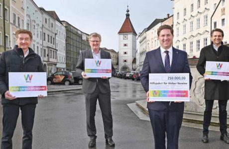 Bürgermeister Dr. Andreas Rabl, Vizebürgermeister Gerhard Kroiß und die Stadträte Reindl-Schweighofer und Hoflehner stehen mit Sicherheitsabstand und schildern auf dem Welser Stadtplatz vor dem Ledererturm
