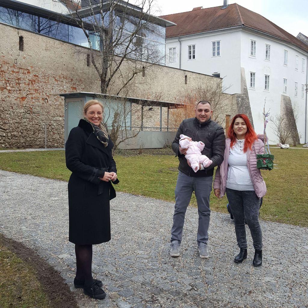 Frau Vizebürgermeister freut sich mit Familie Präburean über Töchterchen Natalia Elena und hat ein Bäumchen übergeben