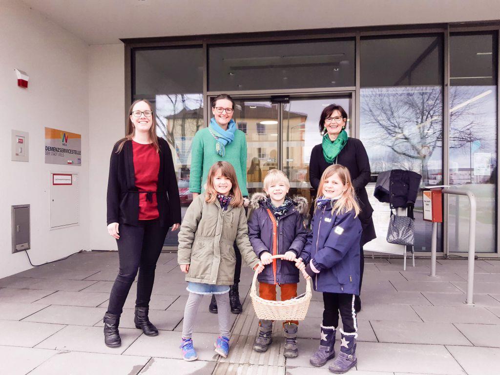 Videobotschaft wird von den Kindern des Kindergartens Franziskanerinnen an Generationen-Stadträtin Margarete Josseck-Herdt für die Bewohner der städtischen Seniorenbetreuung überreicht. Mit am Bild Frau Maria Hager und Frau Karin Leindecker