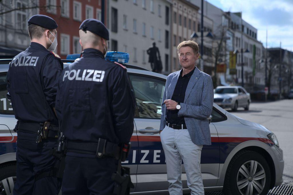 Vizebürgermeister Gerhard Kroiß im Gespräch mit Polizisten