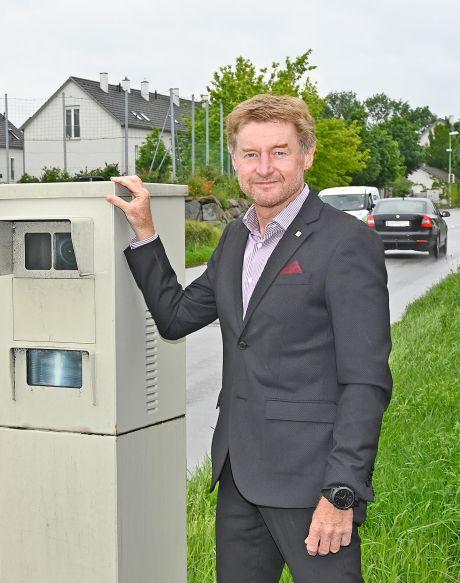 Herr Vizebürgermeister Gerhard Kroiß steht bei einem Radarkasten