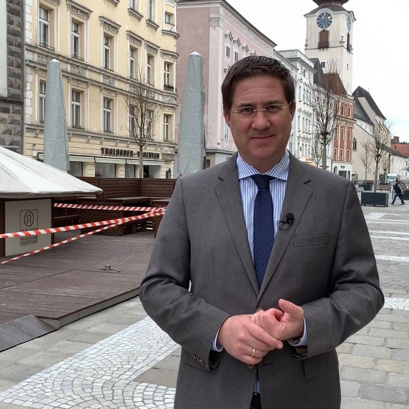 Dr. Andreas Rabl steht am Stadtplatz in Wels.