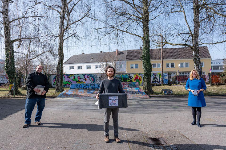 Frau Vizebürgermeister Raggl-Mühlberger und zwei Streetworker präsentieren