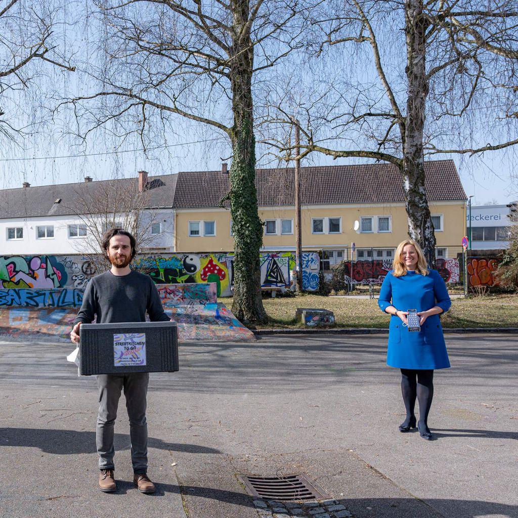 Frau Vizebürgermeister und ein Streetworker der Stadt Wels stellen