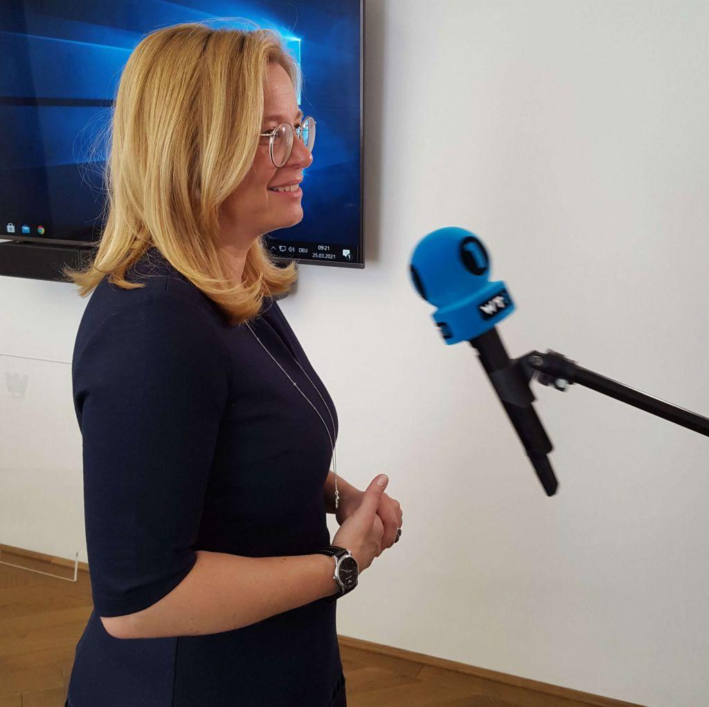 Frau Vizebürgermeister Raggl-Mühlberger gibt ein Interview