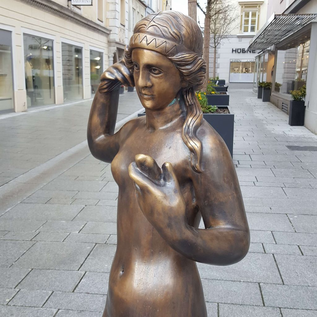 Bronzestatue der Venus in der Schmidtgasse, Ausschnitt quadratisch