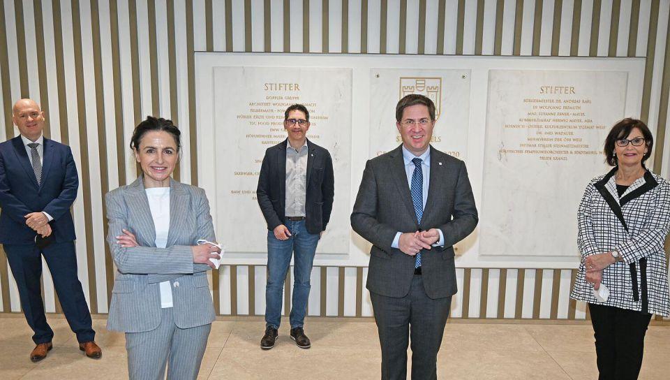 Im Bild: HS-Prof. Mag. Dr. OStR. Emmerich Boxhofer, Frau MEd. Dr. MA Danièle Hollick; Herr Gruber, Bürgermeister Dr. Andreas Rabl und Stadträtin Josseck-Herdt