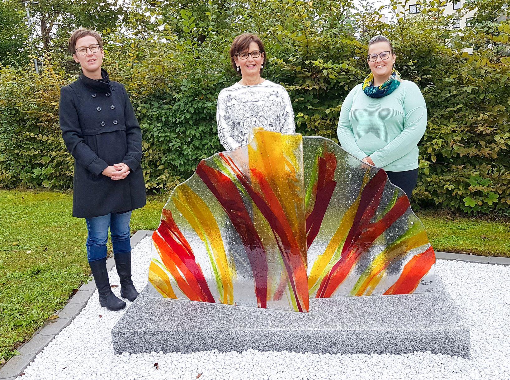 Im Bild Frau Stadträtin Josseck-Herdt mit der Künstlerin Andrea Gira-Spernbauer und Heimleiterin Frau Mag. Wimmer