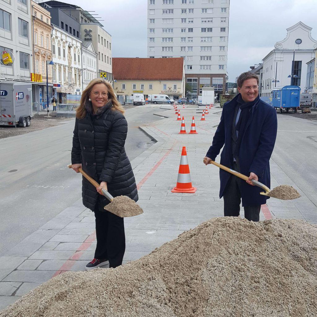 Bürgermeister Dr. Andreas Rabl und Vizebürgermeisterin Christa Raggl-Mühlberger beim Spatenstich am Kaiser-Josef-Platz