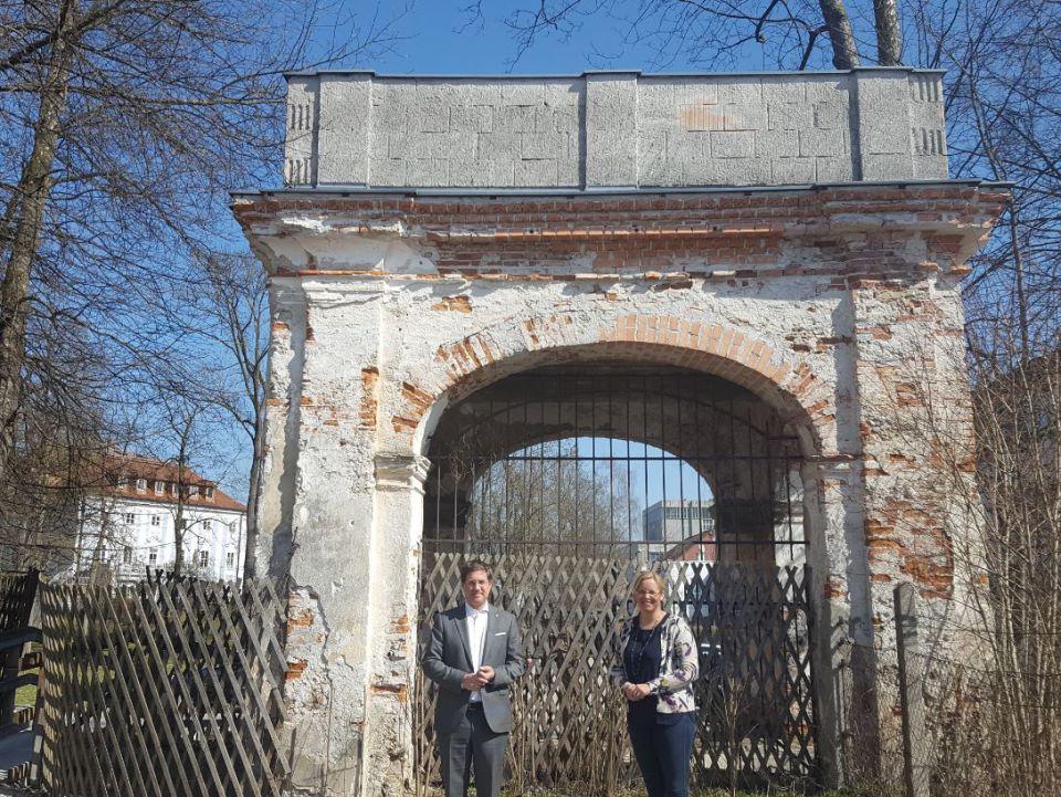 Bürgermeister Dr. andreas Rabl und Vizebürgermeisterin Christa Raggl-Mühlberger stehen vor dem renovierungsbedürftigen Torbogen im Westen des Schlossparks Lichtenegg