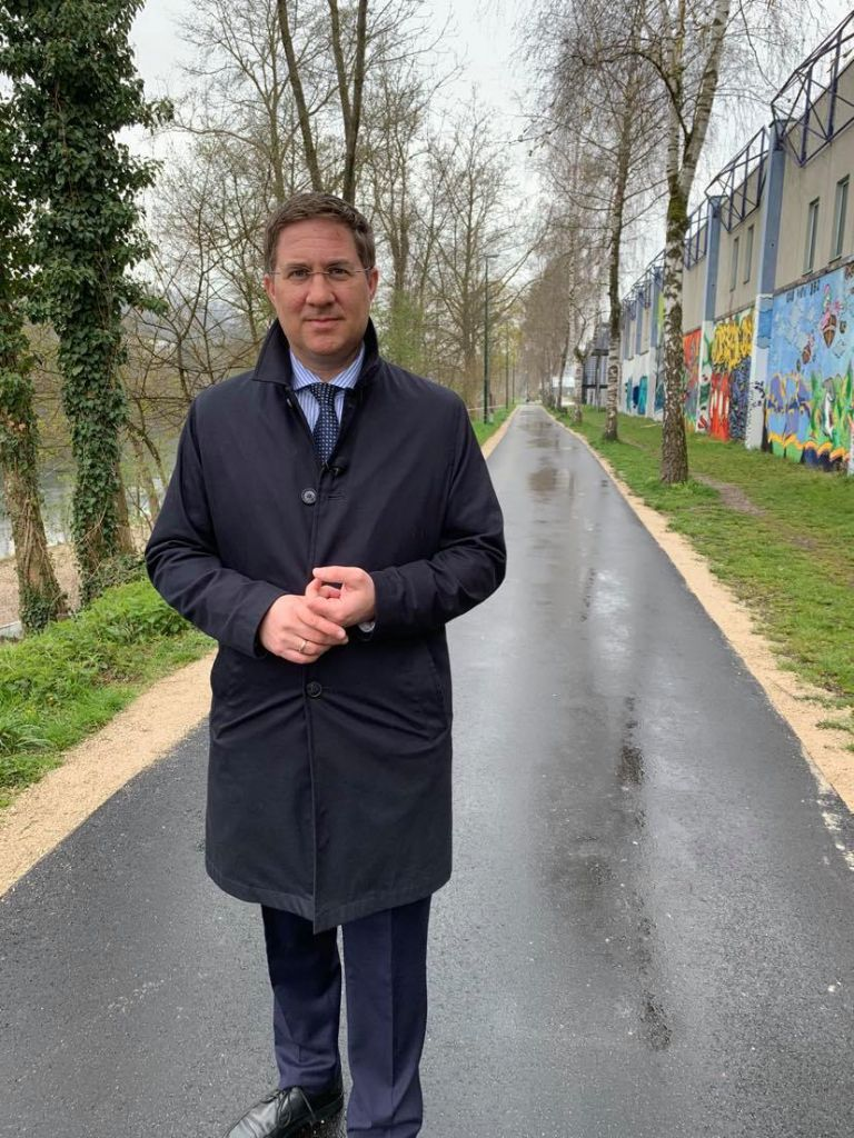 Bürgermeister Dr. Andreas Rabl steht auf dem Radweg