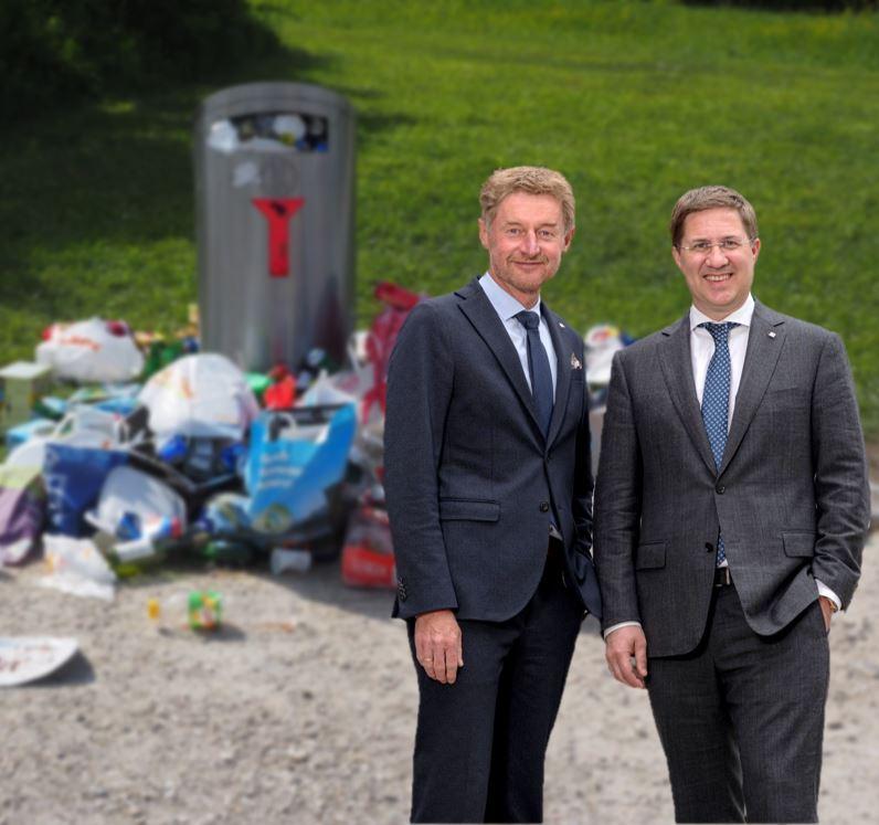 Bgm. Dr. Andreas Rabl und Vzbgm. Gerhard Kroiß vor einem überfülltem Mülleimer