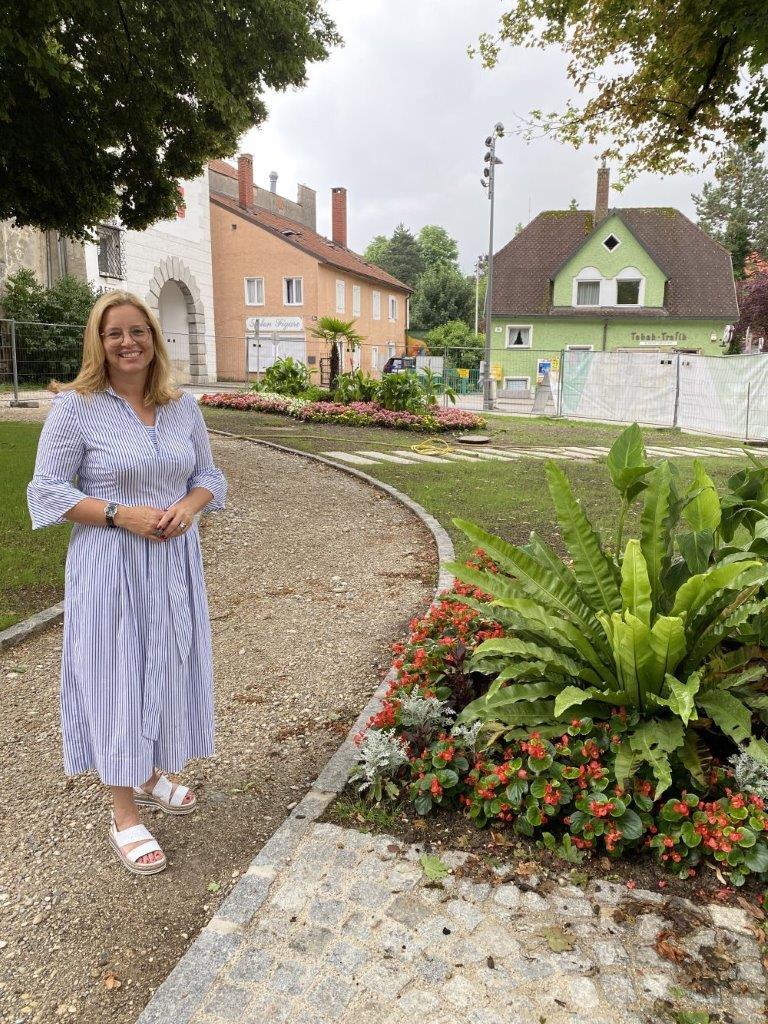 Frau Vizebürgermeister Raggl-Mühlberger steht im Pollheimerpark