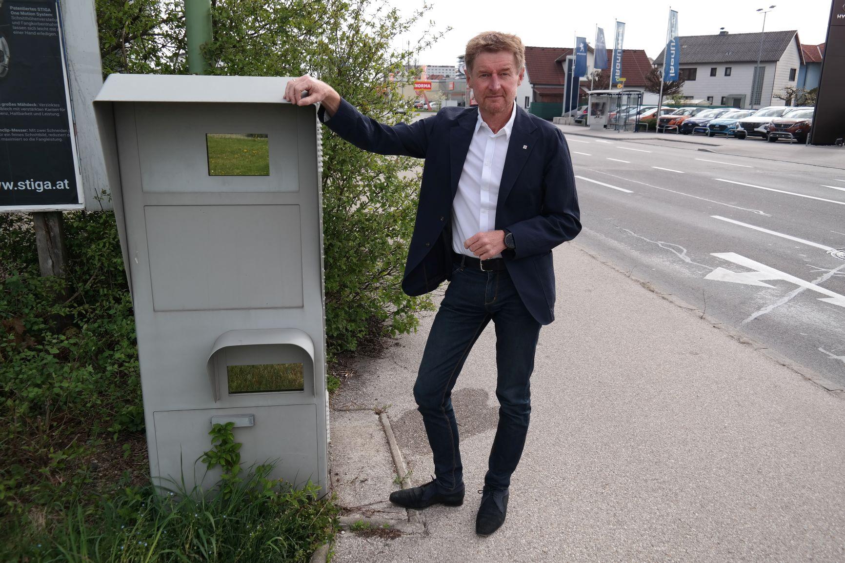 Vzbgm. Gerhard Kroiß neben einem Radar auf der Salzburgerstraße in Wels