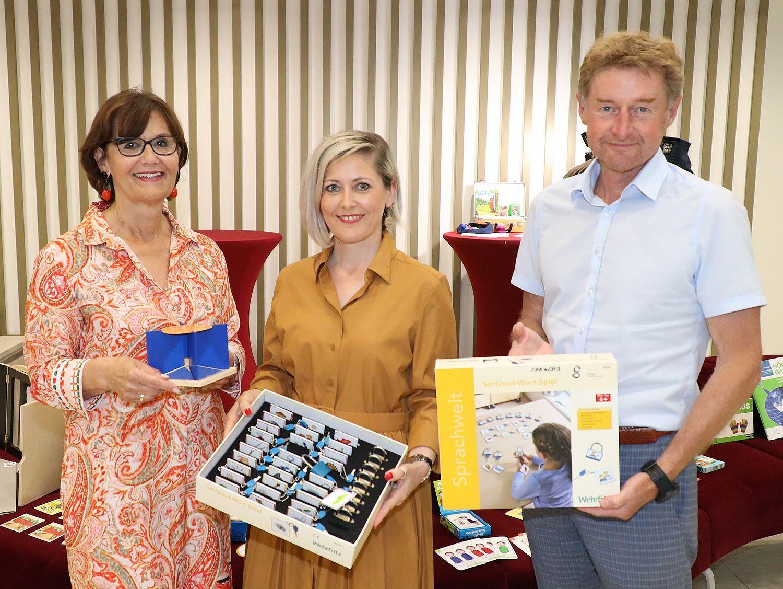 Vizebürgermeister Gerhard Kroiß und Stadträtin Margarete Josseck Herdt mit der Vortragenden des 1. Welser Sprachgipfel Vortrages
