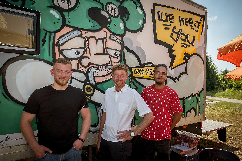 Jugendreferent Vzbgm. Gerhard Kroiß mit 2 Jugendlichen vor dem We Need You Infowagen
