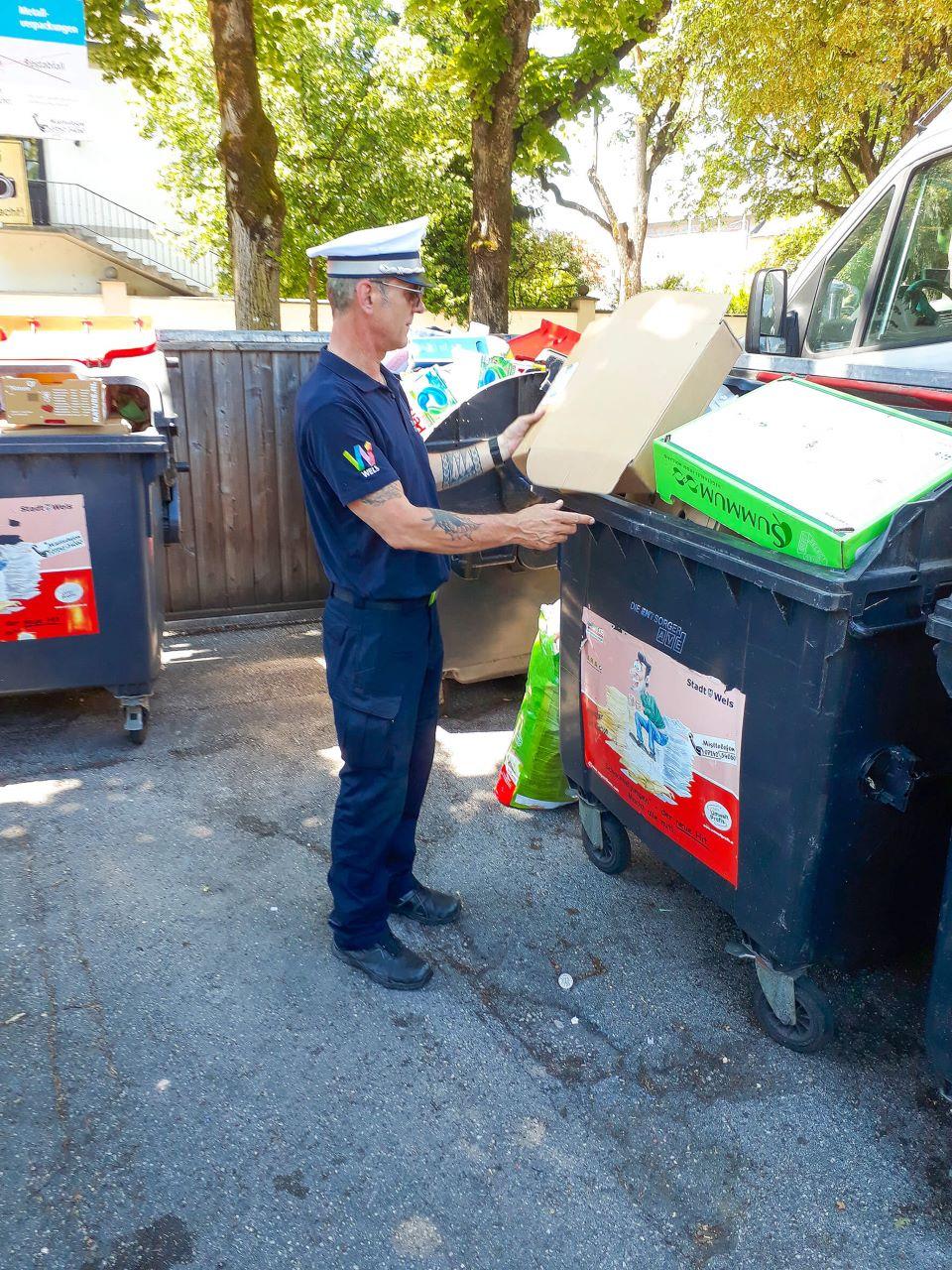 Ein Mitarbeiter der Ordnungswache Wels bei der Indentitäsüberprüfung von illegal abgelagertem Papiermüll in einer Müllinsel