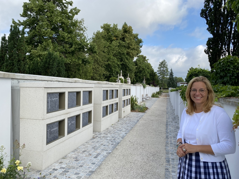 Frau Vizebürgermeister Raggl-Mühlberger steht im Urnengang