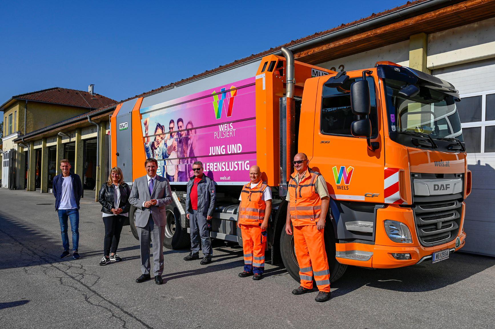Bürgermeister Dr. Andreas Rabl und die Umweltreferentin mit den Abfallhelden