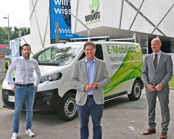 Bürgermeister Dr. Andreas Rabl mit dem ersten städtischen Transportfahrzeug mit Elektroantrieb
