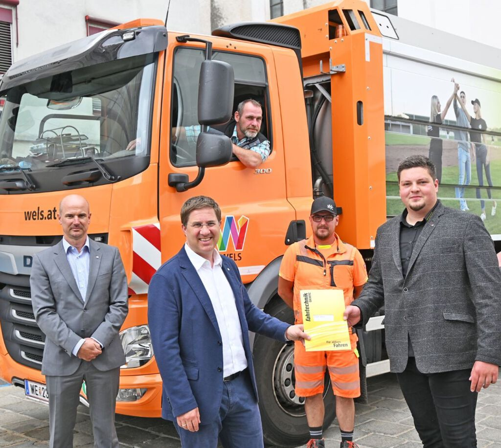 Bürgermeister Dr. Andreas Rabl mit Magistratsdirektor Dr. Peter Franzmayr und mit den Lenkern der Abfallentsorgung