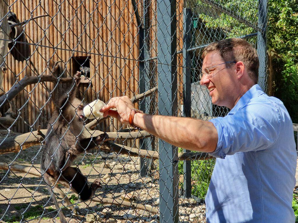 Rabl Andreas füttert einen Affen im Tierpark