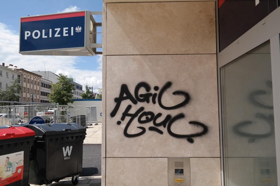 Eingang Polizeiinspektion Innere Stadt am KJ, Wand neben dem Eingang (über dem Klingelschild) ist mit Graffiti beschmiert