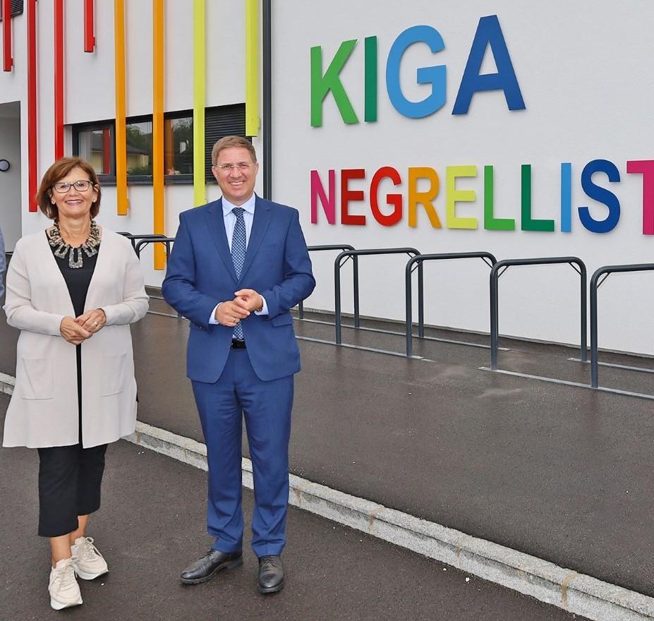 Bürgermeister Dr. Andreas Rabld mit Generationen-Stadträtin Margarete Josseck-Herdt vor dem Kindergarten Negrellistraße