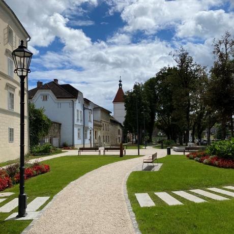 Der neu gestaltete Pollheimerpark mit Blick auf den Ledererturm