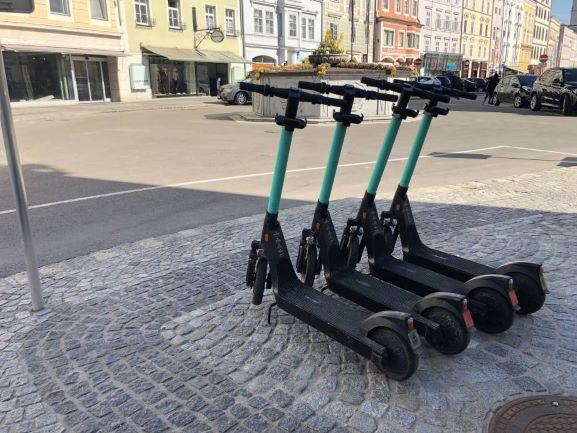 vier E-Scooter am Stadtplatz
