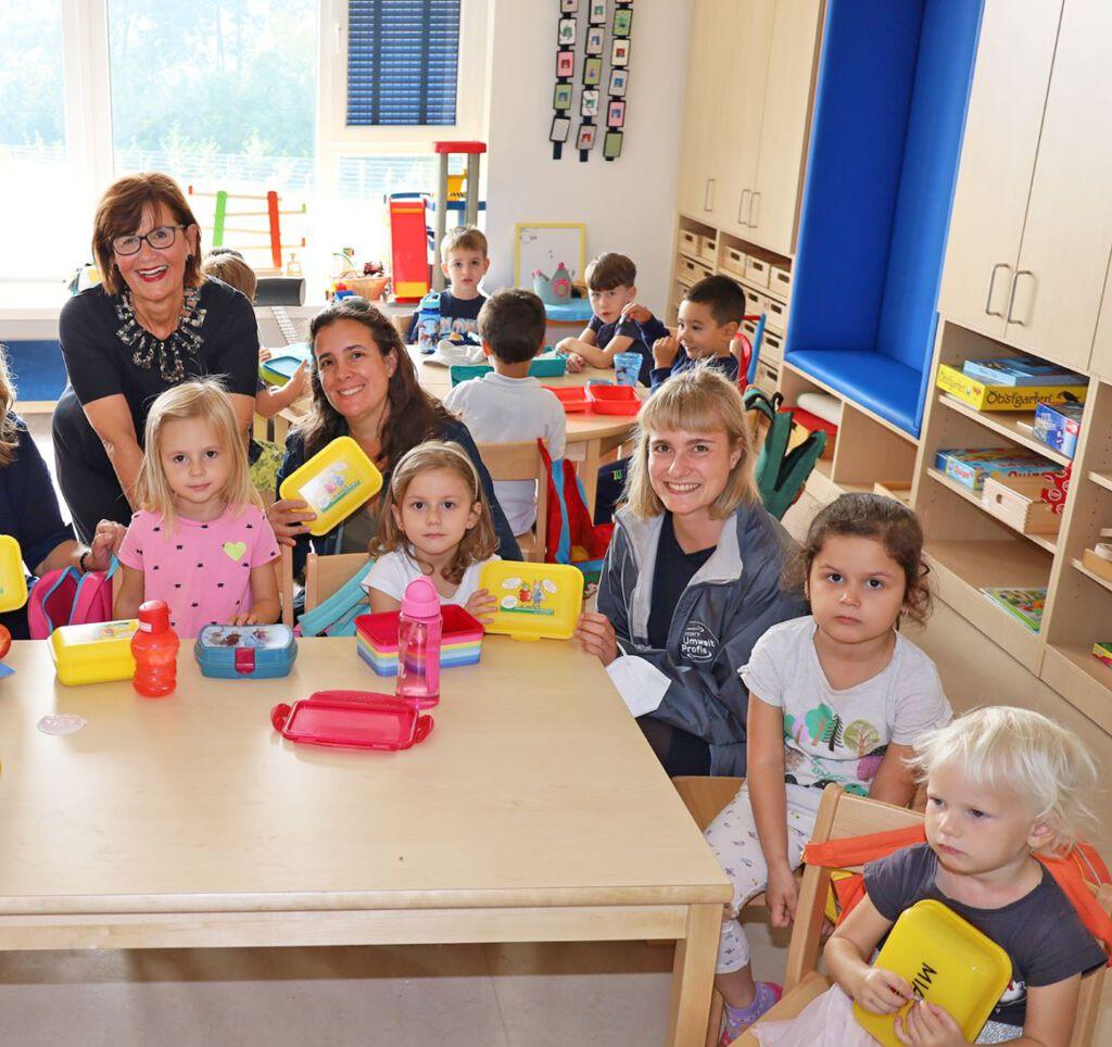 Generationenstadträtin Margarete Josseck-Herdt bei der Verteilung im neuen Kindergarten Negrellistraße