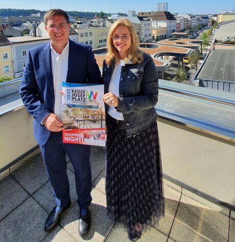 Herr Bürgermeister Dr. Andreas Rabl und Frau Vizebürgermeister Christa Raggl-Mühlberger stehen auf einer Terrasse oberhalb des Kaiser-Josef-Platz