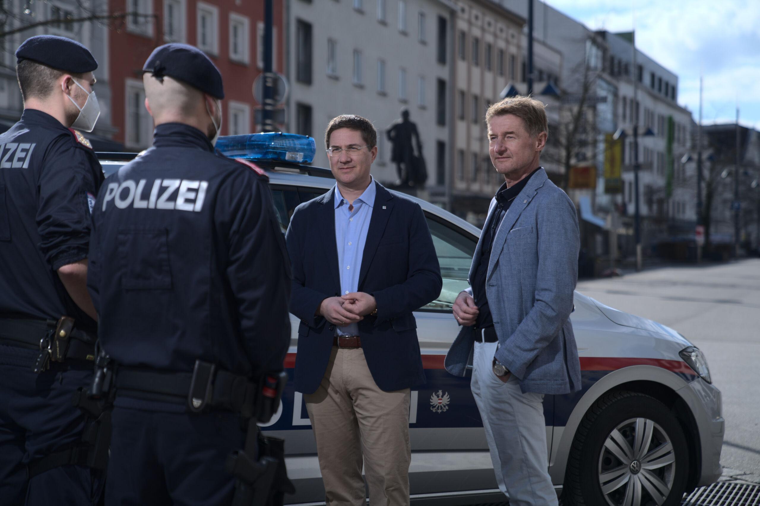 Bürgermeister Dr. Andreas Rabl und Vzbgm. Gerhard Kroiß im Gespräch mit 2 Polizisten auf dem Stadtplatz