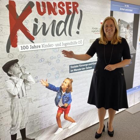 Frau Vizebürgermeister Raggl-Mühlberger steht vor der Ausstellung
